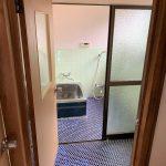 爽やかな青いタイルが綺麗な風呂場 手前が脱衣所兼洗濯機置き場になります(風呂)